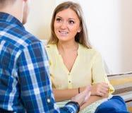 Χαρούμενο ζεύγος που μιλά στο σπίτι Στοκ Φωτογραφίες