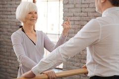 Χαρούμενο ηλικίας ζεύγος χορού που ενεργεί στο στούντιο χορού Στοκ Φωτογραφία