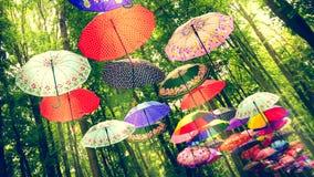 Χαρούμενο θερινό πνεύμα με την ένωση των ομπρελών στοκ εικόνα