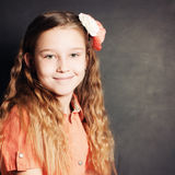Χαρούμενο κορίτσι παιδιών Πορτρέτο του νέου κοριτσιού Στοκ Φωτογραφία