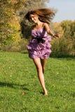 Χαρούμενο κορίτσι που έχει τη διασκέδαση Στοκ φωτογραφία με δικαίωμα ελεύθερης χρήσης