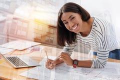 Χαρούμενο κορίτσι που αισθάνεται την ευτυχία εργαζόμενο στοκ φωτογραφίες