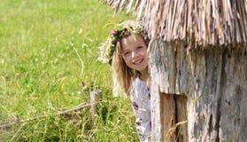 Χαρούμενο κορίτσι που κρυφοκοιτάζει από την κυψέλη Στοκ φωτογραφία με δικαίωμα ελεύθερης χρήσης