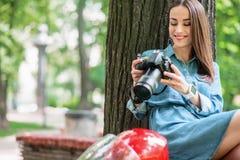 Χαρούμενο κορίτσι που παίρνει τους πυροβολισμούς στη φύση Στοκ Φωτογραφίες