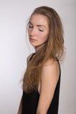 Χαρούμενο κορίτσι σε ένα μαύρο φόρεμα Στοκ Φωτογραφίες