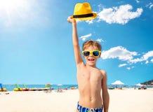 Χαρούμενο παιδί που έχει τη διασκέδαση στην παραλία στοκ εικόνες
