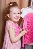 Χαρούμενο χαμογελώντας κορίτσι με το φόρεμα στοκ εικόνες με δικαίωμα ελεύθερης χρήσης