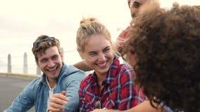 Χαρούμενο χαμόγελο κοριτσιών και τύπων φιλμ μικρού μήκους