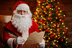 Χαρούμενο Santa με την επιστολή Στοκ φωτογραφία με δικαίωμα ελεύθερης χρήσης