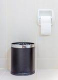 Χαρτί τουαλέτας και trashcan στον άσπρο χώρο ανάπαυσης υγιεινής στοκ φωτογραφίες με δικαίωμα ελεύθερης χρήσης