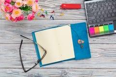 Χαρτικά, λουλούδια και σημειωματάριο Στοκ φωτογραφία με δικαίωμα ελεύθερης χρήσης