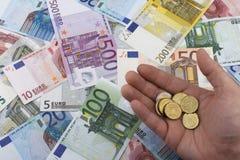 Χαρτονομίσματα και νομίσματα ευρώ (ΕΥΡ) χρυσή ιδιοκτησία βασικών πλήκτρων επιχειρησιακής έννοιας που φθάνει στον ουρανό Στοκ φωτογραφίες με δικαίωμα ελεύθερης χρήσης