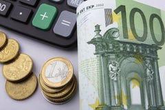 Χαρτονομίσματα και νομίσματα ευρώ (ΕΥΡ) χρυσή ιδιοκτησία βασικών πλήκτρων επιχειρησιακής έννοιας που φθάνει στον ουρανό Στοκ Εικόνες