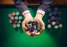 Χαρτοπαικτική λέσχη playes που κρατά μια χούφτα των τσιπ Στοκ Φωτογραφία