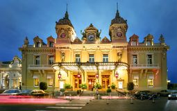 Χαρτοπαικτική λέσχη του Μόντε Κάρλο τη νύχτα πριγκηπάτο του Μονακό στοκ φωτογραφία με δικαίωμα ελεύθερης χρήσης