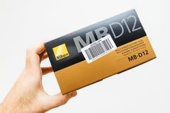 Χαρτόνι εκμετάλλευσης ατόμων με το εξάρτημα Nikon DSLR στοκ φωτογραφία με δικαίωμα ελεύθερης χρήσης