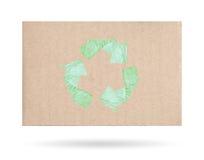 Χαρτόνι με ένα ανακύκλωσης σύμβολο, που απομονώνεται σε ένα άσπρο υπόβαθρο Στοκ Φωτογραφίες
