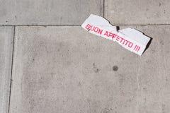 Χαρτόνι που βρίσκεται στο πεζοδρόμιο με τις ιταλικές λέξεις Buon Appetito σε το Στοκ φωτογραφία με δικαίωμα ελεύθερης χρήσης