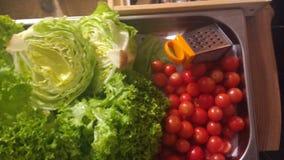 χαρτόνι που μαγειρεύει τα τέμνοντα επιτραπέζια λαχανικά πατατών μαχαιριών κουζινών Στοκ εικόνα με δικαίωμα ελεύθερης χρήσης