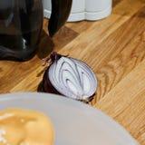 χαρτόνι που μαγειρεύει τα τέμνοντα επιτραπέζια λαχανικά πατατών μαχαιριών κουζινών Στοκ Φωτογραφία