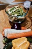 χαρτόνι που μαγειρεύει τα τέμνοντα επιτραπέζια λαχανικά πατατών μαχαιριών κουζινών Στοκ φωτογραφία με δικαίωμα ελεύθερης χρήσης