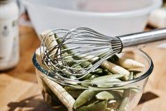 χαρτόνι που μαγειρεύει τα τέμνοντα επιτραπέζια λαχανικά πατατών μαχαιριών κουζινών Στοκ Εικόνες