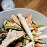 χαρτόνι που μαγειρεύει τα τέμνοντα επιτραπέζια λαχανικά πατατών μαχαιριών κουζινών Στοκ εικόνες με δικαίωμα ελεύθερης χρήσης