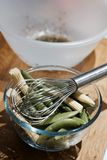χαρτόνι που μαγειρεύει τα τέμνοντα επιτραπέζια λαχανικά πατατών μαχαιριών κουζινών Στοκ φωτογραφίες με δικαίωμα ελεύθερης χρήσης