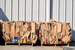 χαρτόνι που συσσωρεύεται και που δένεται στις παλέτες για την ανακύκλωση στοκ φωτογραφία