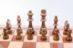 Χαρτόνι σκακιού με τα κομμάτια σκακιού Στοκ φωτογραφίες με δικαίωμα ελεύθερης χρήσης
