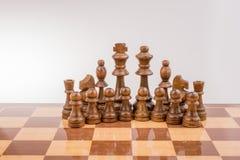 Χαρτόνι σκακιού με τα κομμάτια σκακιού Στοκ Φωτογραφία