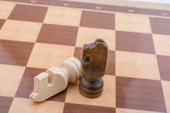 Χαρτόνι σκακιού με τα κομμάτια σκακιού Στοκ εικόνα με δικαίωμα ελεύθερης χρήσης