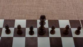 Χαρτόνι σκακιού με τα κομμάτια σκακιού Στοκ Εικόνα