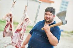 Χασάπης με το κρέας σφαγίων τσεκουριών και προβάτων στοκ εικόνα