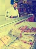 Χασάπης που κόβει το φρέσκο κρέας αρνιών στοκ φωτογραφία με δικαίωμα ελεύθερης χρήσης