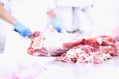 Χασάπης που κόβει το φρέσκο χοιρινό κρέας Στοκ Φωτογραφία