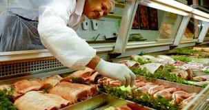 Χασάπης που τακτοποιεί το κρέας στο ψυγείο 4k φιλμ μικρού μήκους