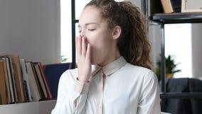Χασμουμένος κουρασμένη γυναίκα, κοιμισμένο, εσωτερικό γραφείο Στοκ Φωτογραφίες