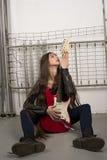 χαϊδεύοντας την ηλεκτρική κιθάρα κοριτσιών δικοί του στοκ εικόνα