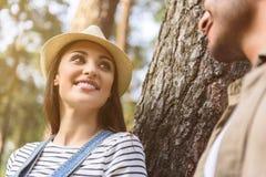 Χαλάρωση ανδρών και γυναικών στο πάρκο από κοινού στοκ εικόνα με δικαίωμα ελεύθερης χρήσης