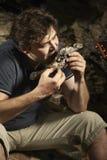 Χαλάρωση ατόμων στην αγριότητα και κατανάλωση των κυνηγημένων ψαριών Στοκ Φωτογραφίες