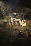 Χαλάρωση ατόμων στην αγριότητα με την κιθάρα και κατανάλωση Στοκ εικόνα με δικαίωμα ελεύθερης χρήσης