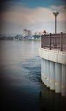 Χαλάρωση γυναικών από τον ποταμό Στοκ φωτογραφία με δικαίωμα ελεύθερης χρήσης