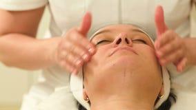 Χαλάρωση γυναικών κατά τη διάρκεια της του προσώπου θεραπείας AR beauty spa φιλμ μικρού μήκους
