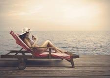 Χαλάρωση γυναικών σε μια παραλία στοκ εικόνες με δικαίωμα ελεύθερης χρήσης