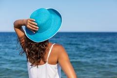 Χαλάρωση γυναικών σε μια παραλία στοκ εικόνες
