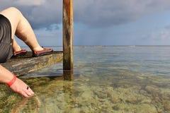 Χαλάρωση γυναικών σε μια προκυμαία cabana Στοκ φωτογραφία με δικαίωμα ελεύθερης χρήσης