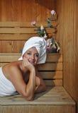 Χαλάρωση γυναικών σε μια σάουνα Στοκ εικόνα με δικαίωμα ελεύθερης χρήσης