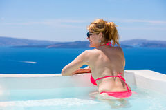 Χαλάρωση γυναικών στην μπανιέρα στη Μεσόγειο Στοκ Εικόνα