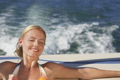 Χαλάρωση γυναικών στη βάρκα στοκ εικόνα